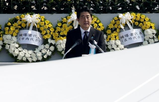 Na snímke japonský premiér Šinzo Abe reční počas ceremoniálu pri príležitosti 70. výročia zhodenia atómovej bomby na mesto Hirošima
