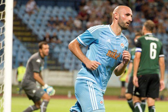 Na snímke vpravo hráč Slovana Róbert Vittek