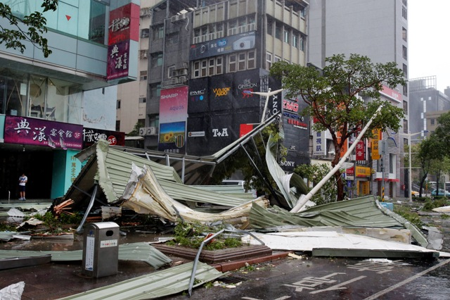 Na snímke spúšť na ulici po tajfúne Soudelor v taiwanskom meste Tchaj-pej