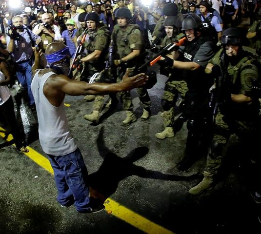 Na snímke pochod demonštrantov proti vražde 18-ročného černošského mladíka Michaela Browna počas rasových nepokojov vo Fergusone