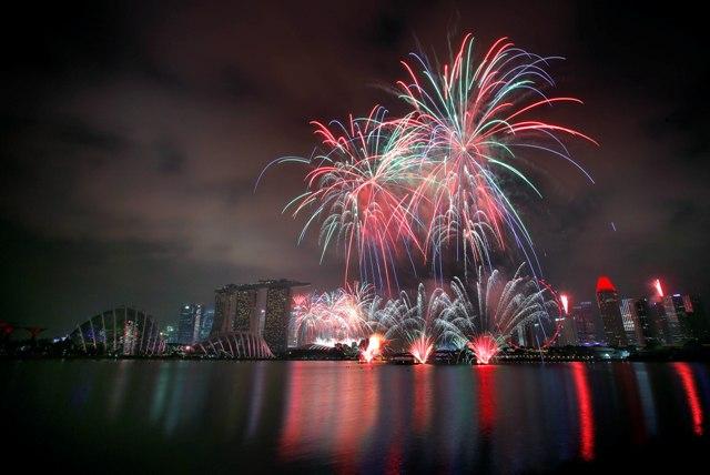 Na snímke ohňostroj počas osláv 50. výročia nezávislosti v Singapure