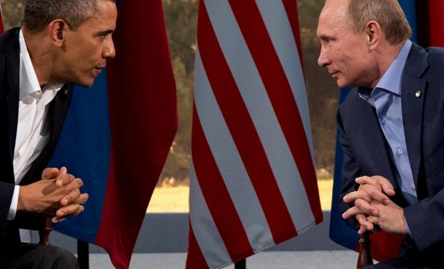 Na snímke americký prezident Barack Obama (vľavo) a ruský prezident Vladimir Putin