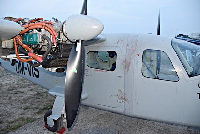 Na letisku Aeroklubu Dubnica nad Váhom v obci Slávnica v Ilavskom okrese vrtuľa lietadla odtrhla 52-ročnému mužovi ruku a poranila hlavu