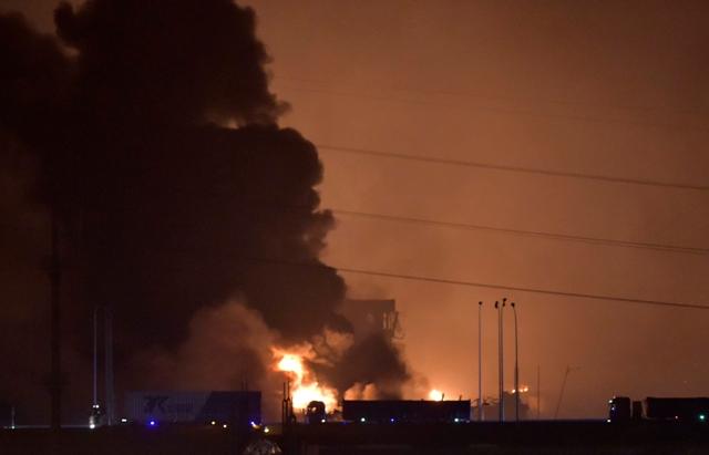 Na snímke mohutný výbuch v čínskom prístavnom meste Tchien-ťin