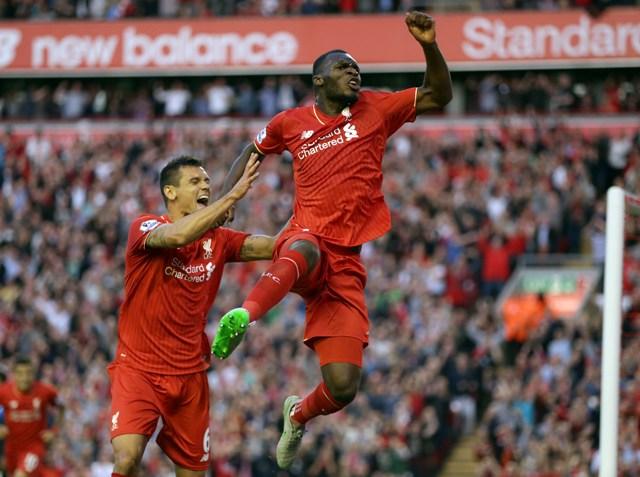 Na snímke vpravo hráč Liverpoolu Christian Benteke osloavuje svoj gól, vľavo jeho spoluhráč Dejan Lovren