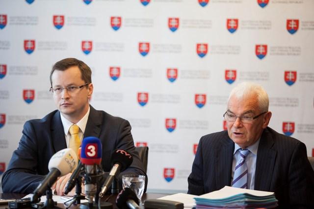 Na snímke minister školstva, vedy, výskumu a športu SR Juraj Draxler (vľavo) a predseda akreditačnej komisie Ľubor Fišera