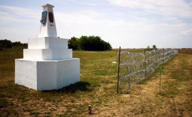 Pohľad na maďarsko-rumunsko-srbskú hranicu. Drôt je len na srbskej strane.
