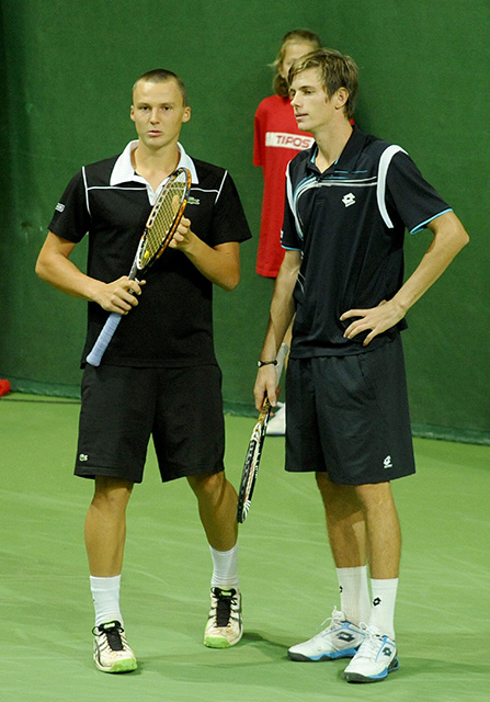 Na snímke vľavo slovenský tenista Jozef Kovalík a vpravo Filip Horanský.