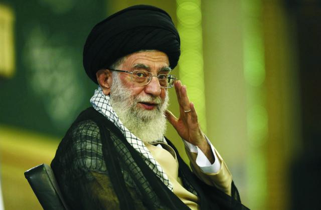 Na archívnej snímke duchovný vodca ajatolláh Alí Chameneí