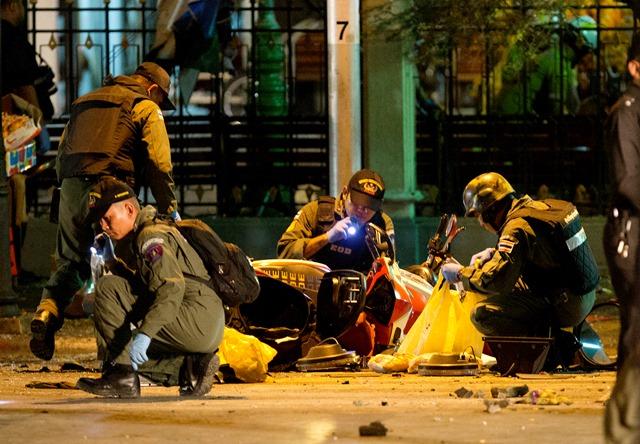 Na snímke policajti prehľadávajú miesto výbuchu bomby v centre Bangkoku