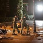 Na snímke policajti prehľadávajú miesto po výbuchu