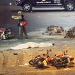 Na snímke policajt fotografuje miesto výbuchu