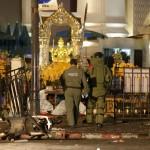 Na snímke pyrotechnici vstupujú do svätyne Erawan v rušnej obchodnej štvrti po výbuchu bomby v centre Bangkoku