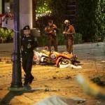 Na snímke policajti obhliadajú zničené motocykle po výbuchu bomby v centre Bangkoku