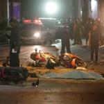 Na snímke zničené motocykle po výbuchu bomby v centre Bangkoku