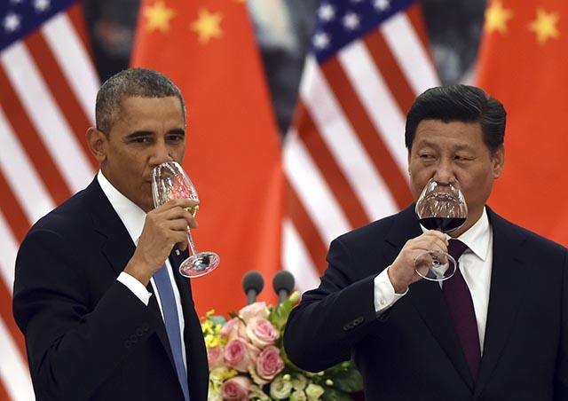 Na snímke americký prezident Barack Obama (vľavo) a čínsky prezident Si Ťin-pching.