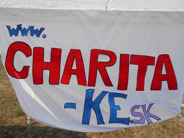 Na snímke pútač, na ktorom je uvedená internetová adresa charity