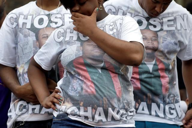 Na snímke priaznivci Michaela Browna v tričkácj s jeho fotografiou a odkazom Chosen 4 Change počas pochodu