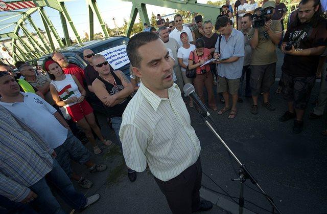 Na snímke predseda Jobbiku Gábor Vona (uprostred)