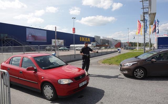Na snímke policajti  stoja pred obchodným domom IKEA vo švédskom meste  Västeras