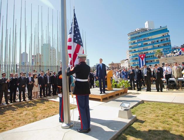Na snímke americký minister zahraničných vecí John Kerry (uprostred) počas vztyčovania americkej vlajky nad znovuotvorenou americkou ambasádou v Havane