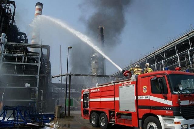 Na snímke hasiči hasia požiar v areáli chemického závodu Unipetrol v Záluží pri Litvínove