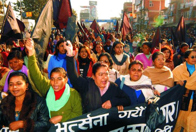 Dvojdňový štrajk, ktorý sa začal v nedeľu a jeho cieľom je demonštrovať nesúhlas s novou ústavou, ktorá krajinu rozdelí na šesť federatívnych štátov, zvolali menšie nepálske politické strany