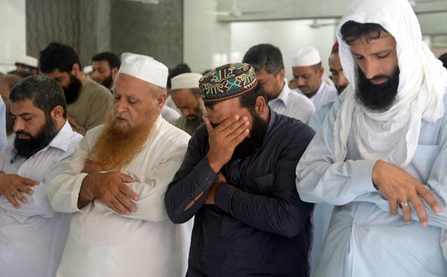 Na snímke pakistanci sa modlia za vodcu afganského Talibanu Muhammada Umara po oznámení o jeho úmrtí v mešite v pakistanskom Péšavare