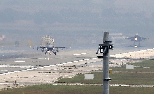 Stíhacie stroje F-16 tureckého letectva pristávajú na leteckej základni Incirlik.
