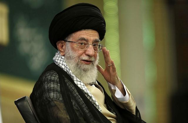 Na snímke prebratej z oficiálnej internetovej stránky máva iránsky duchovný vodca ajatolláh Alí Chameneí