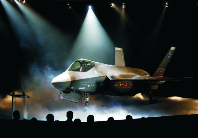 Na archívnej snímke americké bojové lietadlo F-35