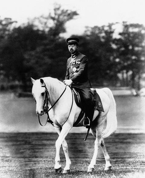 Na snímke z roku 1940 japonský cisár Hirohito jazdí na koni v paláci Tokiu