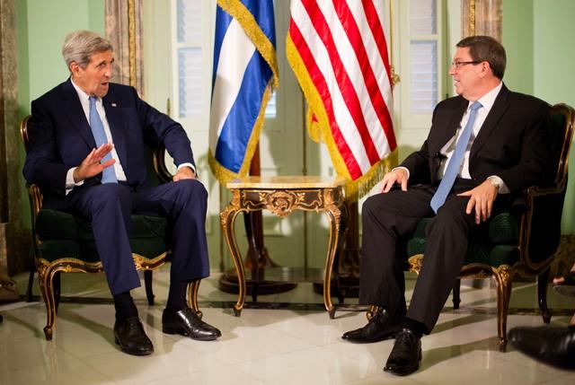 Na snímke americký minister zahraničných vecí John Kerry (vľavo) a kubánsky minister zahraničných vecí Bruno Rodríguez Parrilla počas stretnutia v Havane