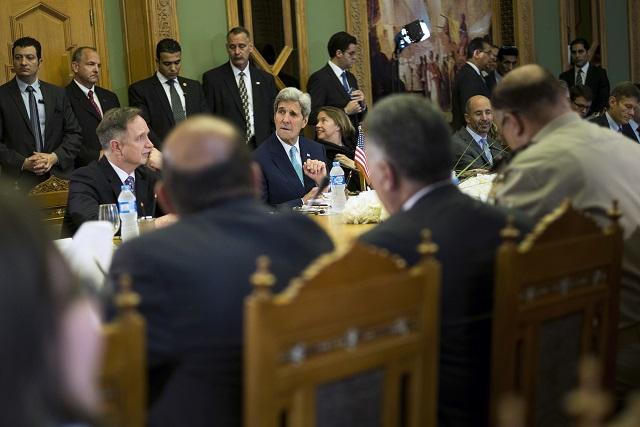 Na snímke americký minister zahraničných vecí John Kerry (uprostred) čaká na začiatok americko-egyptského stratického dialógu
