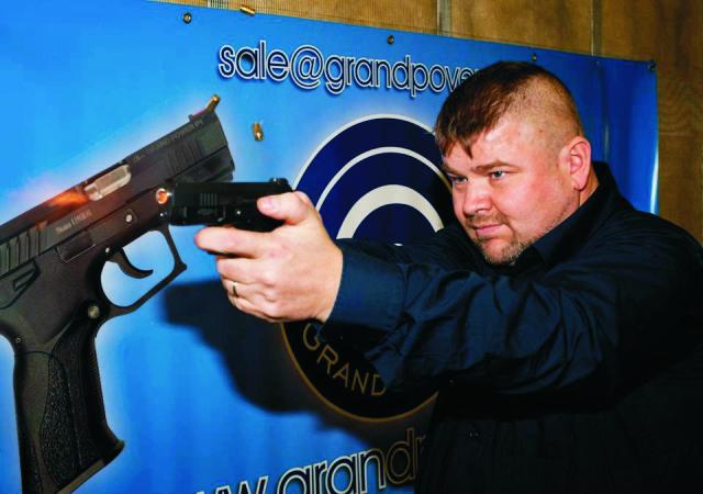 Pištoľ navrhol slovensky konštruktér zbraní Jaroslav Kuracina ( na snímke)