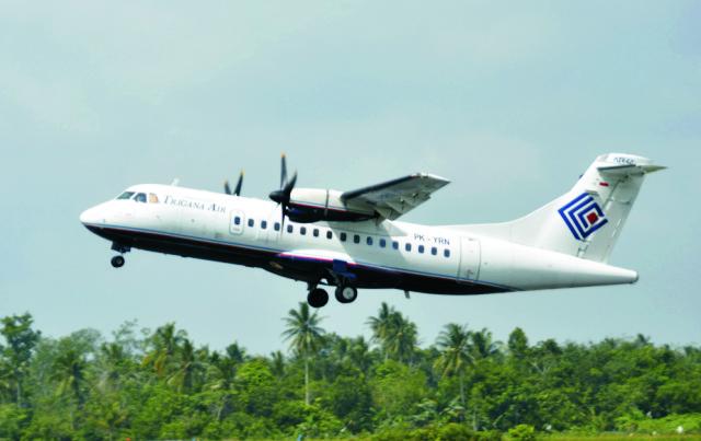 Na archívnej snímke z decembra 2010 je dopravné lietadlo ATR 42-300 indonézskej leteckej spoločnosi Trigana Air Service, ktoré vzlieta z letiska Supadio v meste Pontianak na Západnom Kalimantane v Indonézii. Lietadlo toho istého typu a tej istej spoločnosti s 54 ľuďmi na palube včera stratilo kontakt s leteckým dispečingom, keď sa nachádzalo nad odľahlou východoindonézskou provinciou Papua