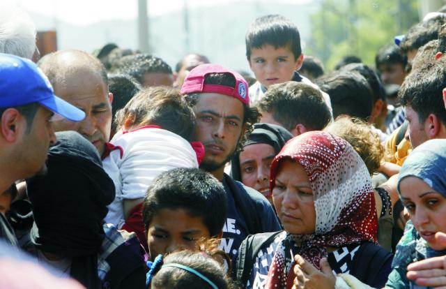 Migranti čakajú na prekročenie hraníc z Grécka do Macedónska