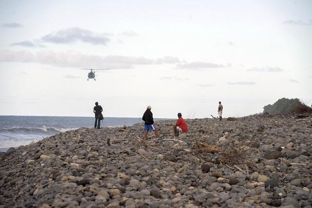 Ľudia kráčajú na pláži v Saint Andre na ostrove Réunion