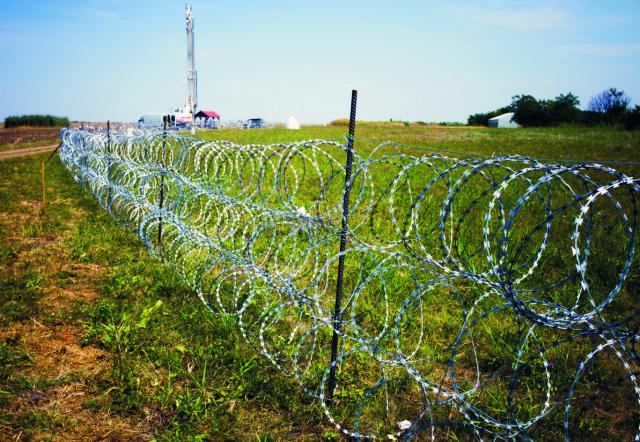 Na snímke sú vybudované zábrany proti migrantom z ostnatého drôtu na srbsko-maďarských hraniciach