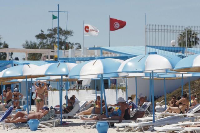Na archívnej snímke sa turisti opaľujú na hotelovej pláži v letovisku Sousse (Súsa)