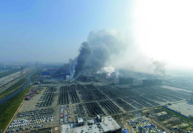 Na snímke dym z miesta výbuchu v meste Tchien-ťin