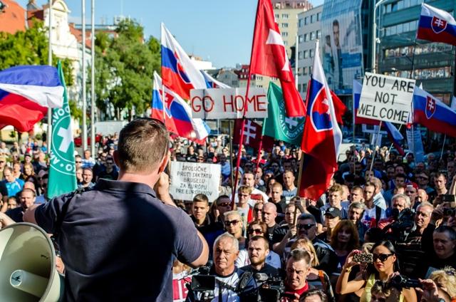 Na snímke účastníci protestu proti islamizácii Európy na Námestí SNP v Bratislave