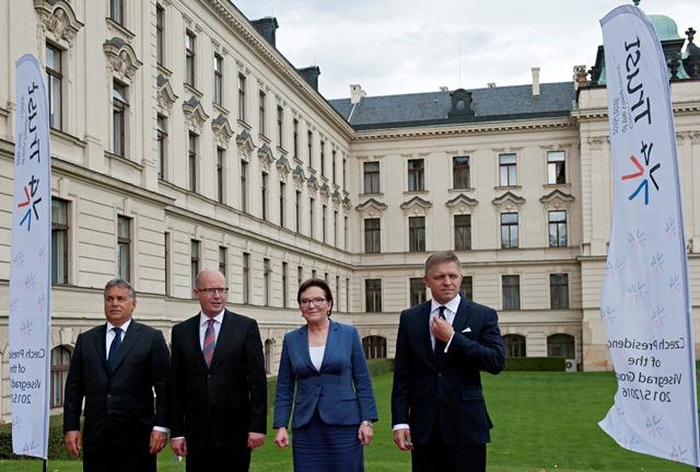 Na snímke zľava premiér Maďarska Viktor Orbán, premiér ČR Bohuslav Sobotka, poľská premiérka Ewa Kopaczová a premiér SR Robert Fico počas mimoriadneho summitu V4