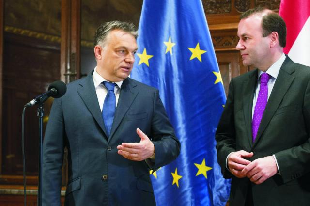 Na snímke vľavo maďarský premiér Viktor Orbán a vpravo líder skupiny európskych ľudovcov v Európskom parlamente (EP) Manfred Weber