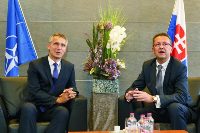 Na archívnej snímke vľavo generálny tajomník NATO Jens Stoltenberg, vpravo minister obrany SR Martin Glváč