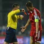 Kapitán Bieloruska Alexandr Martynovič dostáva červenú kartu v kvalifikačnom zápase C - skupiny o postup na EURO 2016  Slovensko - Bielorusko