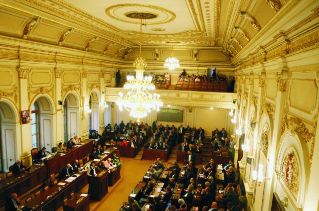 Na archívnej snímke českí poslanci počas zasadania