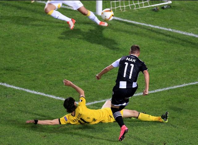 Na snímke slovenský futbalový reprezentant Róbert Mak (11) z PAOK Solún strieľa gól proti Borussi Dortmund