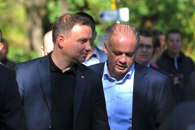 Na snímke prezident Slovenskej republiky Andrej Kiska (vpravo) a poľský prezident Andrzej Duda (vľavo) počas prechádzky obcou Červený Kláštor