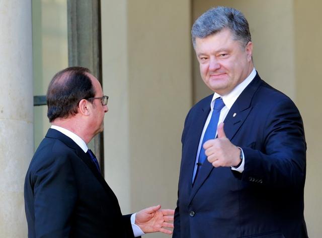 Na snímke francúzsky prezident Francois Hollande (vľavo) víta svojho ukrajinského partnera Petra Porošenka pred ich bilaterálnym stretnutím v Elyzejskom paláci